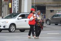志愿者扶老人过马路